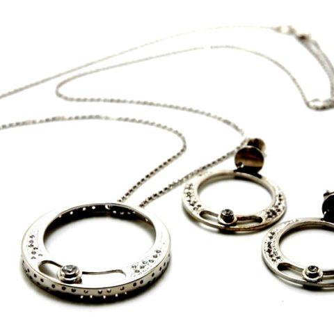 Ciondolo in argento con zirconi e pietra che oscilla