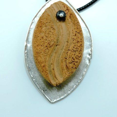 Collana in ceramica, argento e pietra di onice nero