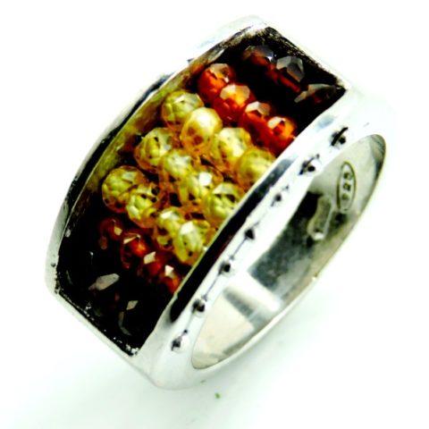 Anello in argento rodiato 925% (7,21 gr), pietre granato (taglio salomite), quarzo lemon (taglio salomite) e opale di fuoco (taglio salomite).
